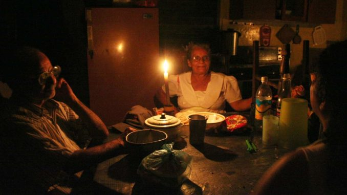 Familia cubana iluminada con velas